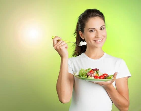 Young woman eating an healty salad